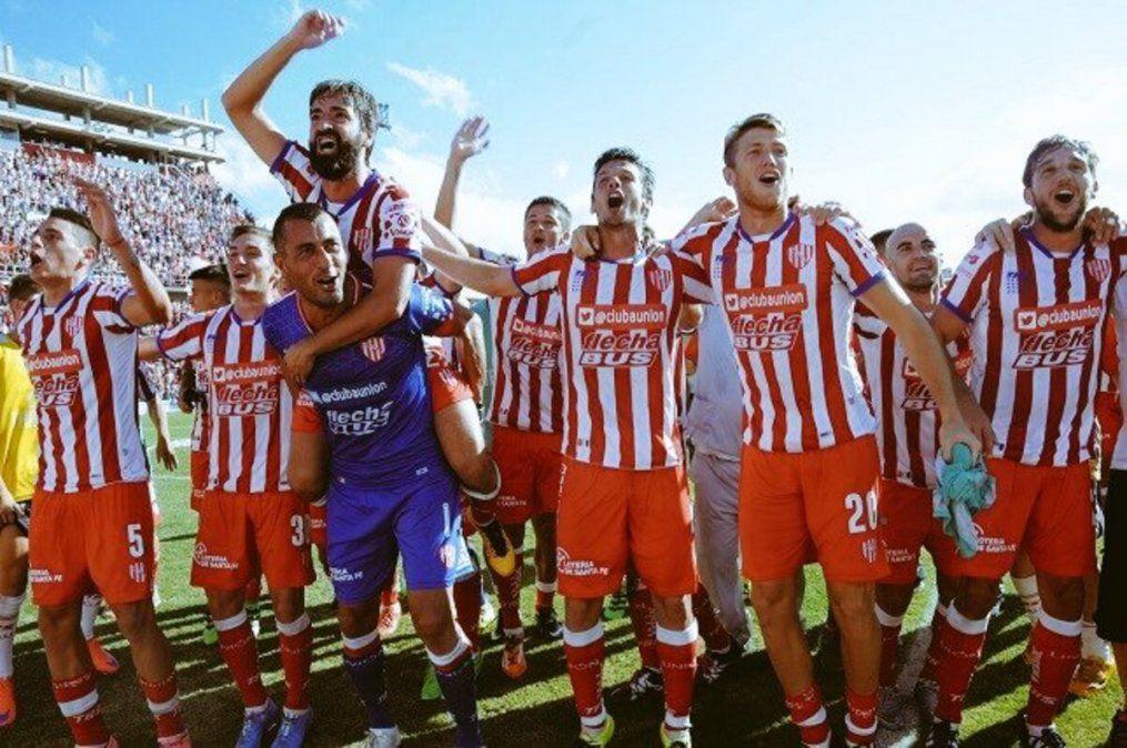 Los jugadores de Unión festejan ante su público en el Estadio 15 de Abril