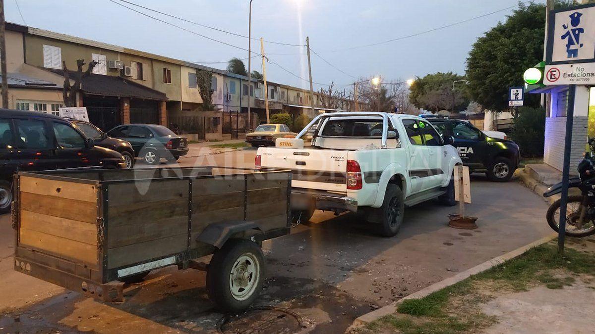 El vehículo en el que circulaban los detenidos acusados de provocar incendios en la colectora de acceso a barrio El Pozo.