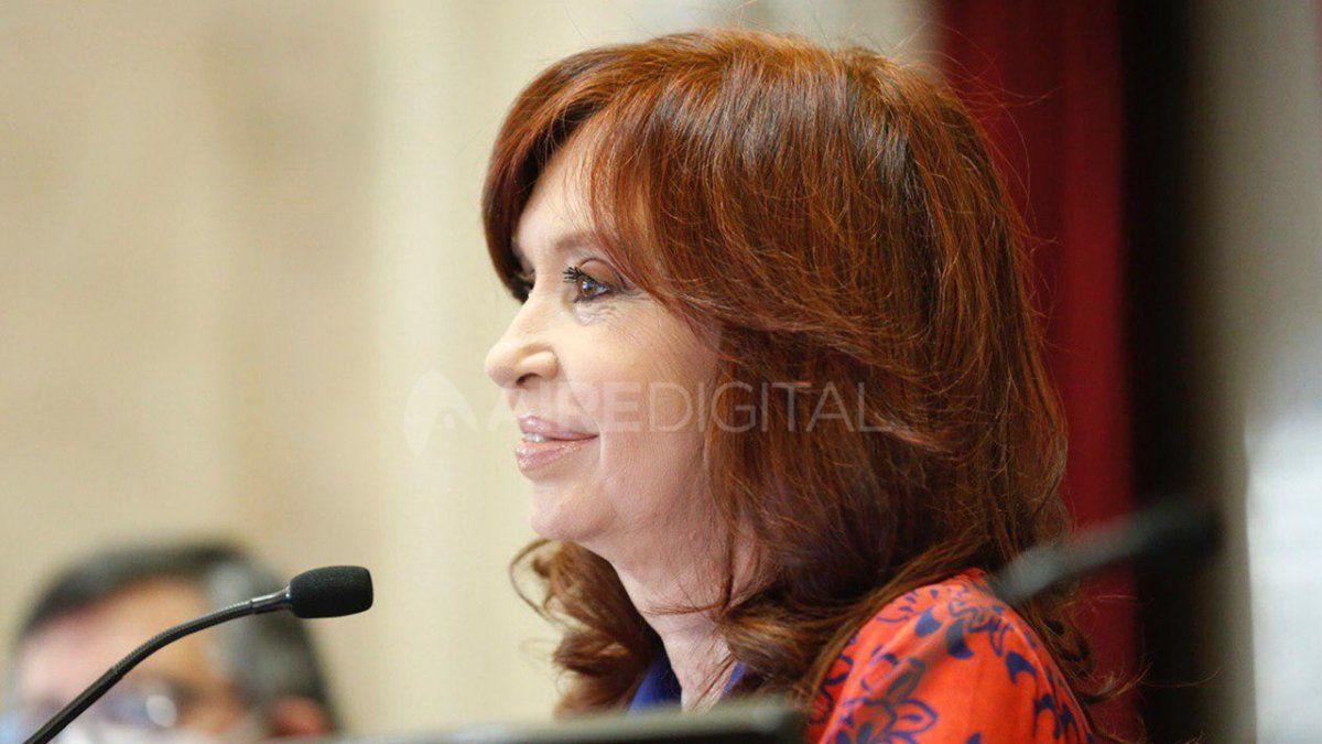 La vicepresidenta Cristina Fernández de Kirchner publicó este lunes una serie de reflexiones en el décimo aniversario del fallecimiento de su esposo y expresidente Néstor Kirchner