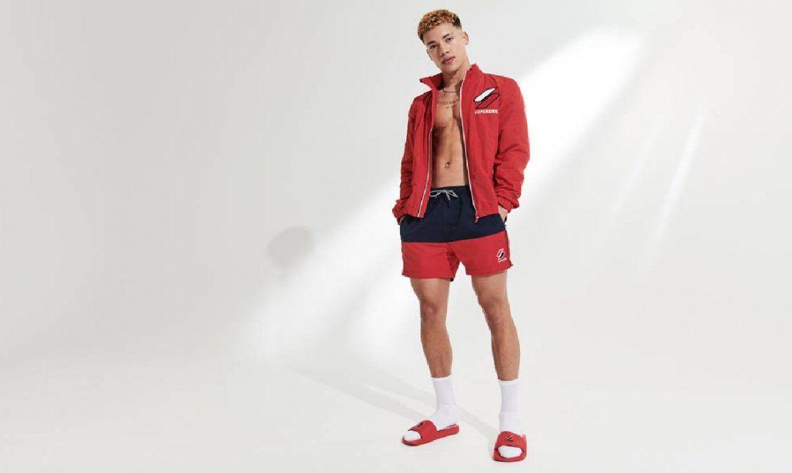 La moda actual sugiere a los hombres usar sandalias con calcetines o medias.