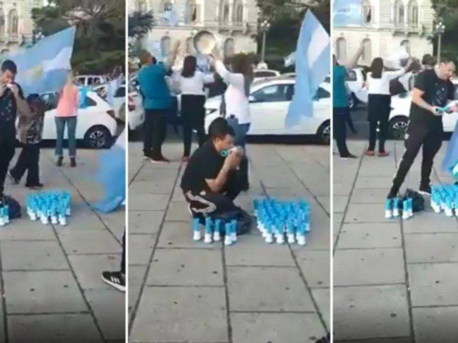 Chupó todas las cornetas que vendió en la marcha contra el Gobierno