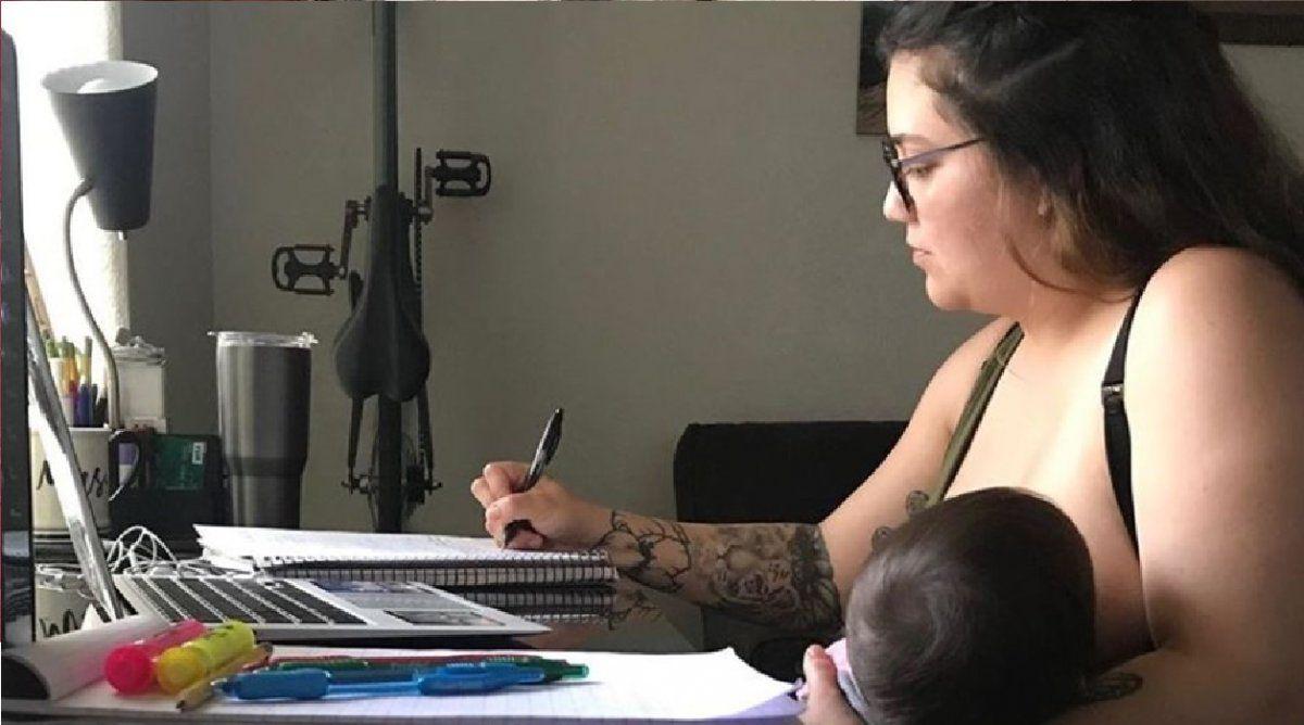 Un profesor le prohibió a una alumna darle el pecho a su bebé durante una clase virtual