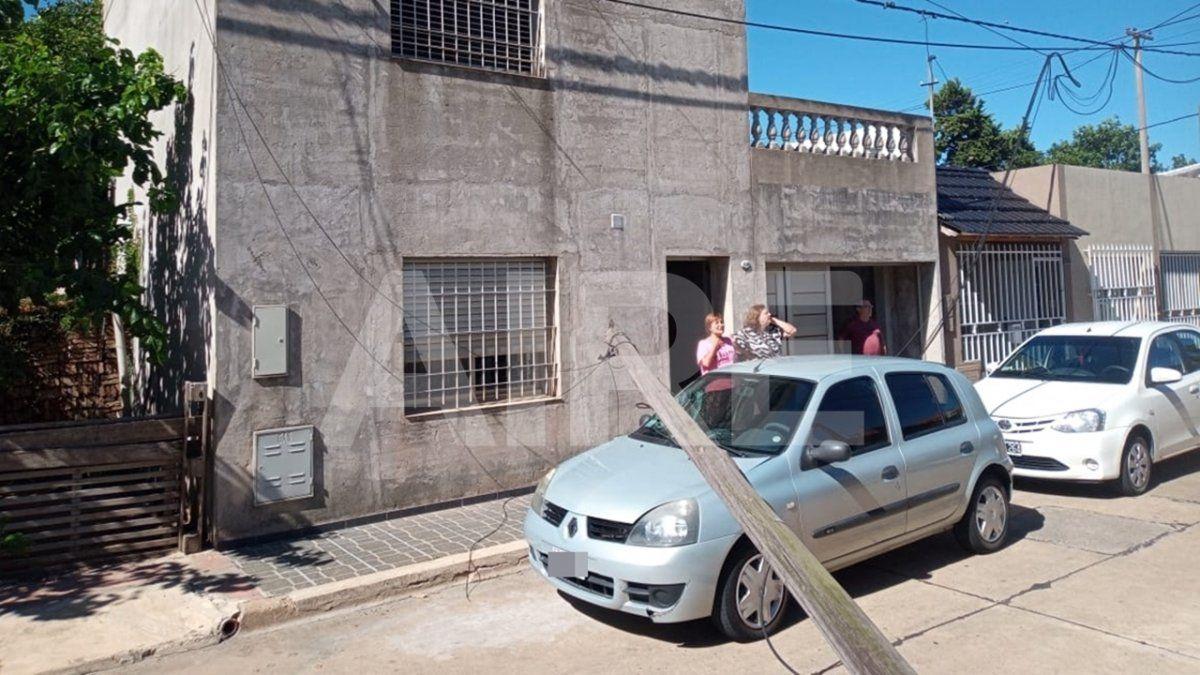 Barrio María Selva: un poste podrido se quebró y cayó sobre un auto