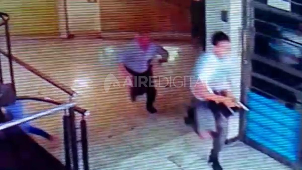 A Hugo Oldani lo mataron el 11 de febrero de 2020. Pocas horas después, se observa a policías manipulando cámaras que se encuentran frente a la oficina donde se cometió el crimen.