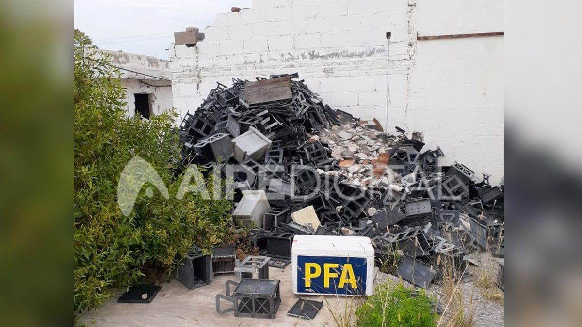 En el interior del predio se detectaron pozos con restos de combustible, restos de baterías, paredes internas hechas con baterías