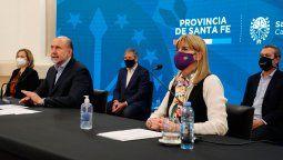 La conferencia de prensa estuvo encabezada por el gobernador de la provincia, Omar Perotti. También estuvo presente la vicegobernadora Alejandra Rodenas, los intendentes de Santa Fe y Rosario, y la subsecretaria de Calidad, Regulación y Fiscalización de la Nación, Judith Bazán Díaz.