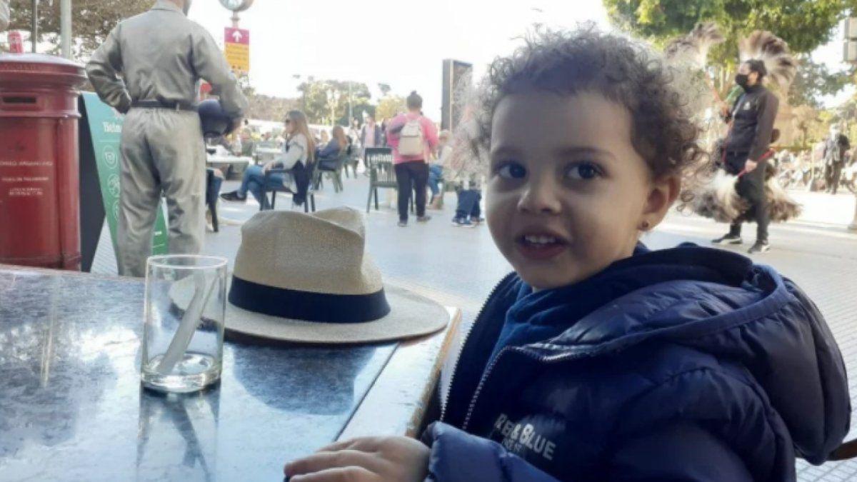 Buscan a una niña de 2 años que su madre se llevó de una plaza de Recoleta en medio de una visita supervisada