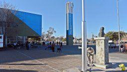 Los bustos están destinadosen su mayoría a escuelas públicas, salvo en el caso de la zona oeste, en el cual el homenaje será ubicado en la sede del centro distrital.