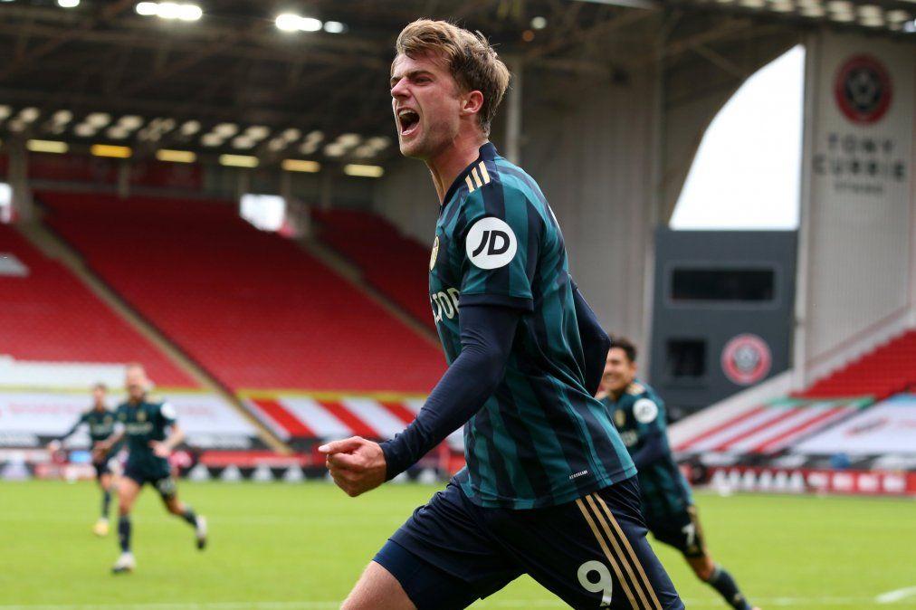 Patrick Bamford celebra el gol que le dio la victoria al Leeds de Bielsa en el clásico ante Sheffield United por la Premier League.