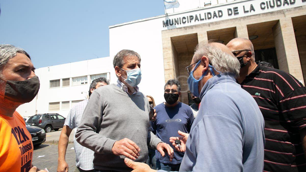 Emilio Jatón dialogó la semana pasada con taxistas y remiseros que lo aguardaban en la puerta del Municipio ante el temor por la llegada de Uber