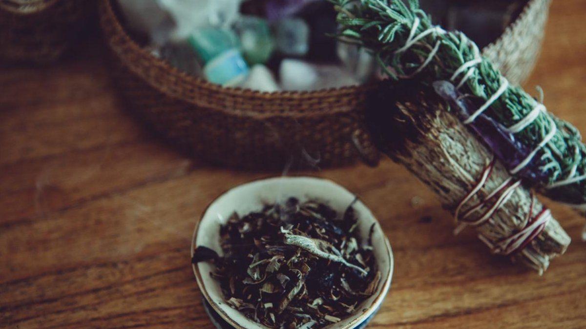 7 hierbas para sahumar el hogar y eliminar las malas vibras