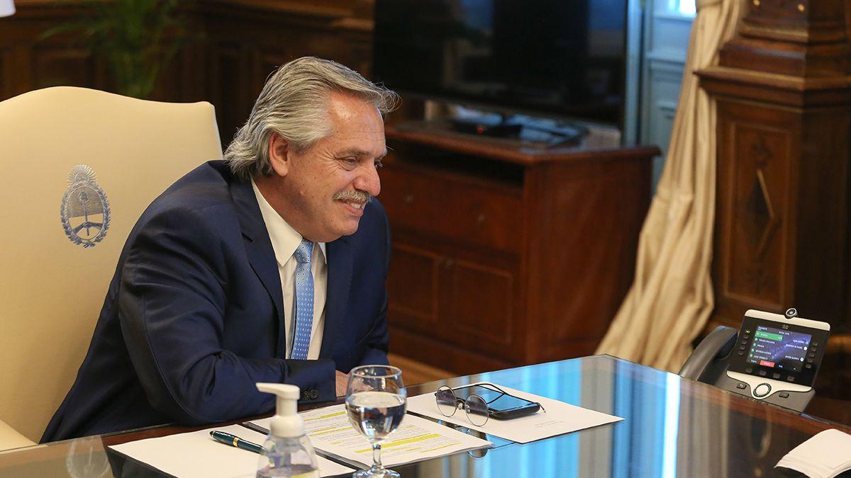 Alberto Fernández durante la conversación que mantuvo con el presidente electo de los Estados Unidos