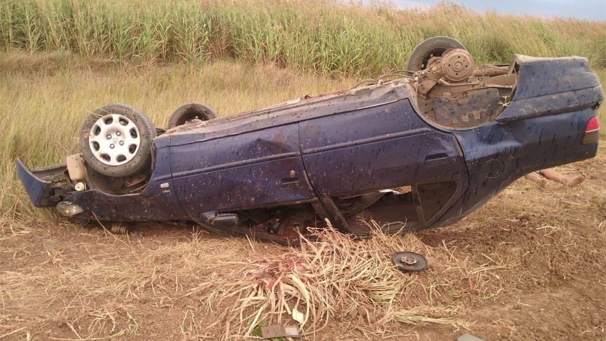 Un automóvil Peugeot 306 volcó sobre la ruta provincial 64. Dos muertos