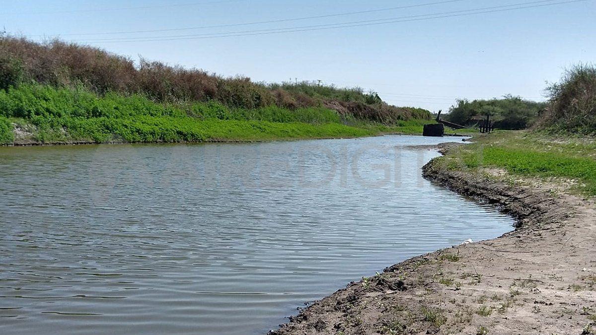 Lugareños advirtieron la presencia de un cuerpo flotando en el agua y alertaron a la policía