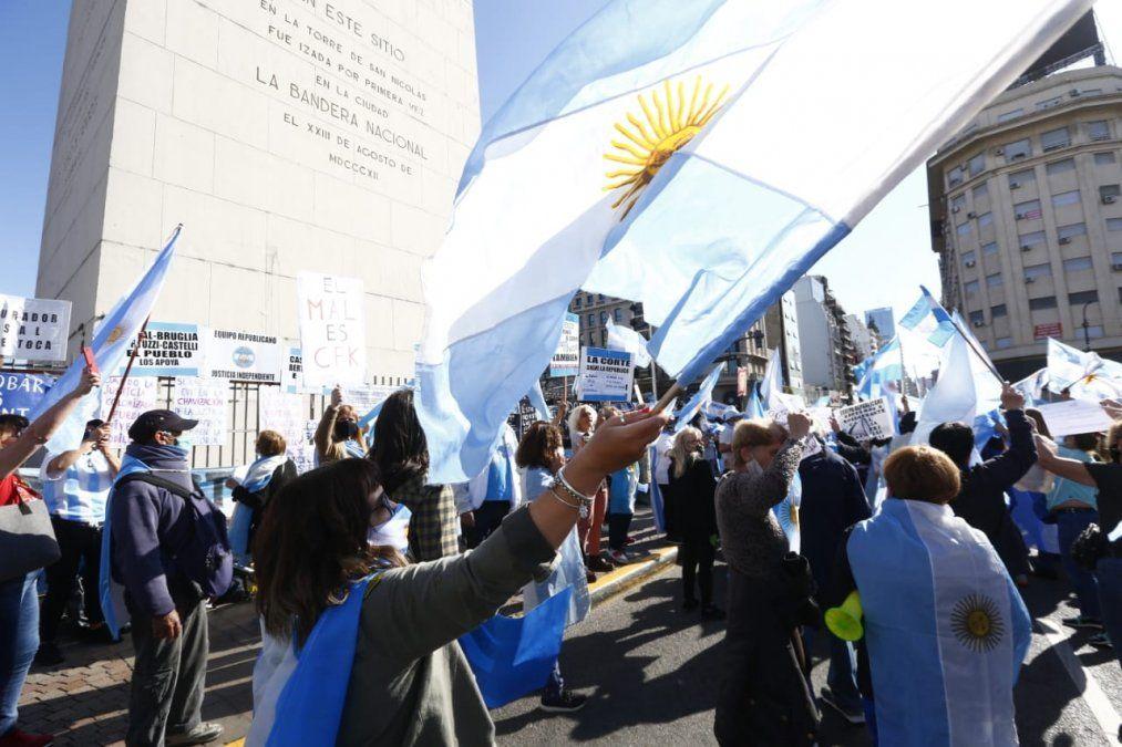 {altText(<p> Este lunes se desarrolla la marcha del #12O en contra de las decisiones del gobierno nacional.</p>,Manifestantes se concentran en el Obelisco para protestar contra las políticas del gobierno)}