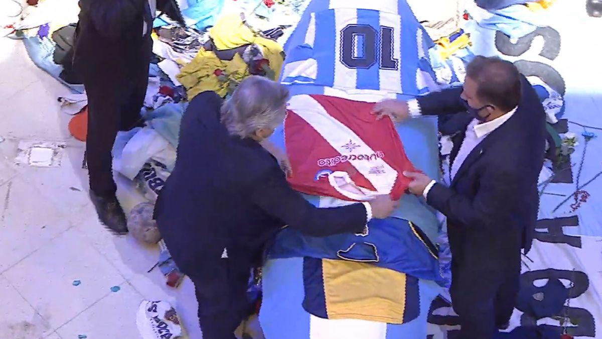 Alberto Fernández participó del velatorio de Diego Armando Maradona.visibility