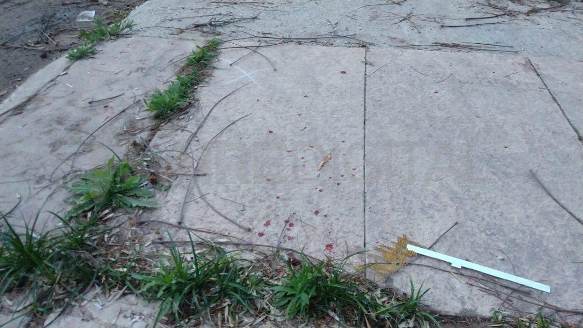 En el lugar quedaron manchas de sangre producto del ataque a balazos en la vía pública.