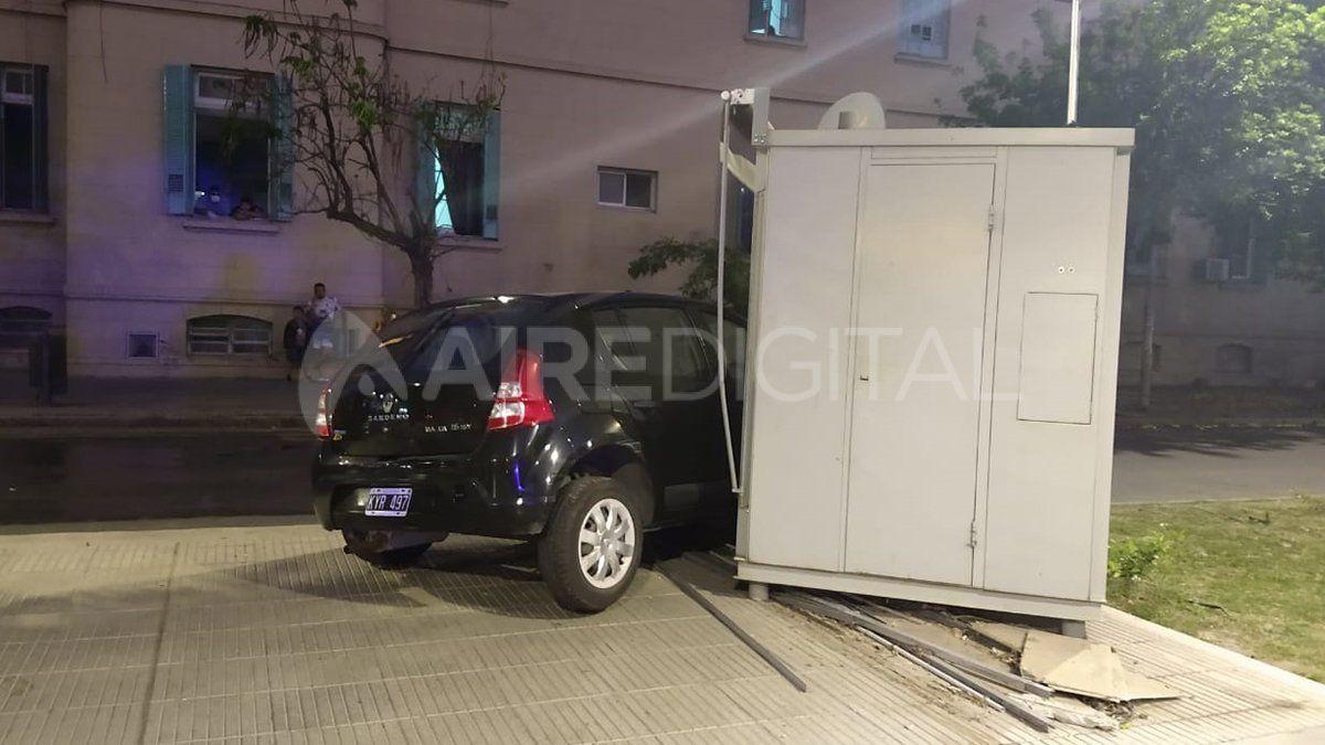 Impacto. Así quedó el Renault Sandero que perdió el control y se incrustó en el local de la avenida.