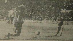 El cuarto gol de Unión aquella noche, en la que fue un vendaval futbolístico. El Turco Alí supera a Landaburu. Foto: Rollo 932, Hemeroteca Digital de la Provincia de Santa Fe.
