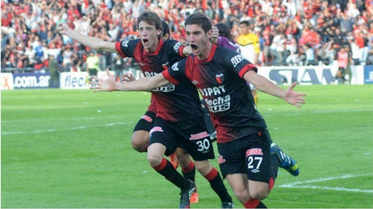 Lucas Alario celebra su gol ante Olimpo de Bahía Blanca
