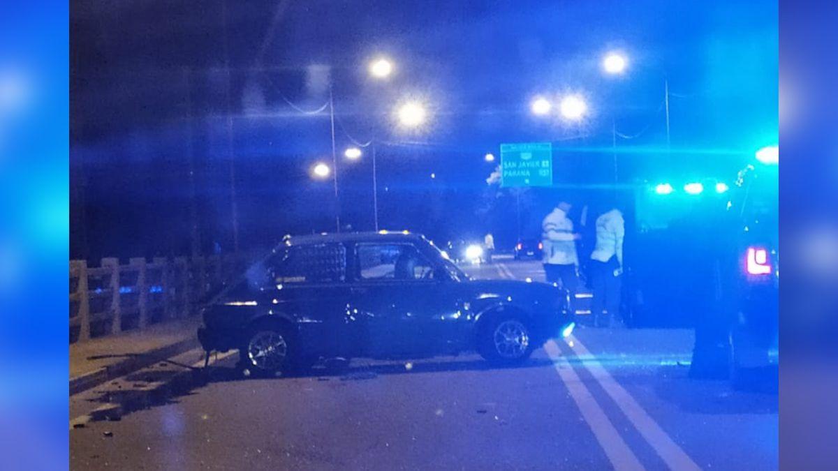El conductor intentó girar sobre el puente Carretero y chocó con el móvil que lo perseguía