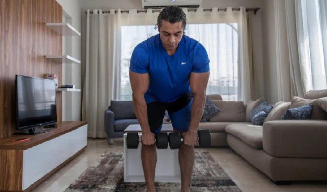 El ejercicio consiste en tomar con ambas manos una carga que se encuentre en el piso