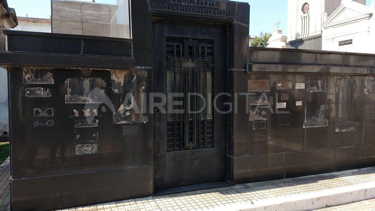 Se robaron cientos de placas de diferentes tumbas y panteones