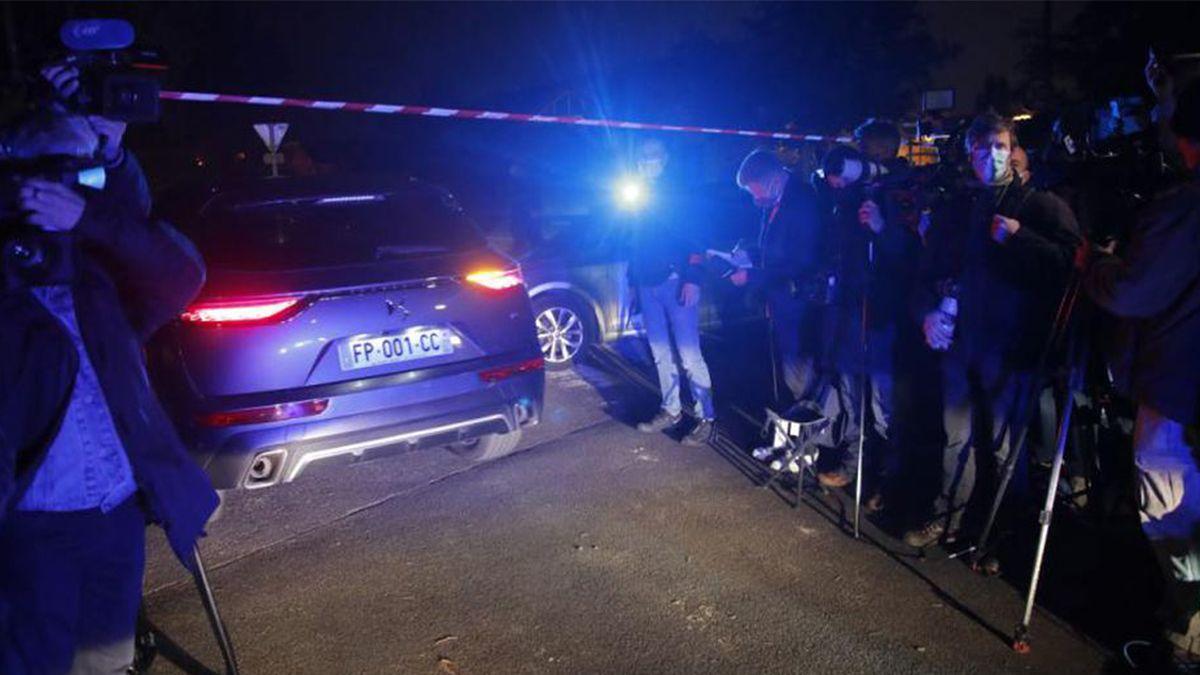 Un coche de la policía entra al perímetro después de que un profesor de historia que abrió una discusión con estudiantes sobre caricaturas del profeta Mahoma del Islam fuera decapitado en Conflans-Saint-Honorine