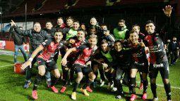 Colón enfrenta este sábado a Independiente, por las semifinales de la Copa de la Liga. En la foto, los jugadores festejan el triunfo ante Talleres, que significó el pase de fase.