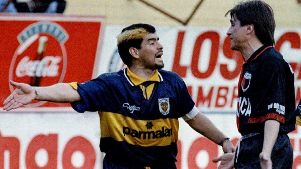 Diego Maradona y Julio César Toresani discuten fuertemente luego de la falta que Claudio Caniggia le propinó a Dante Unali. Boca 1-0 Colón