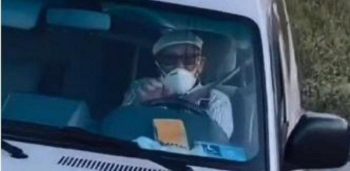 Video viral: hombre de 101 años tuvo un inesperado problema al renovar el carnet de conducir.