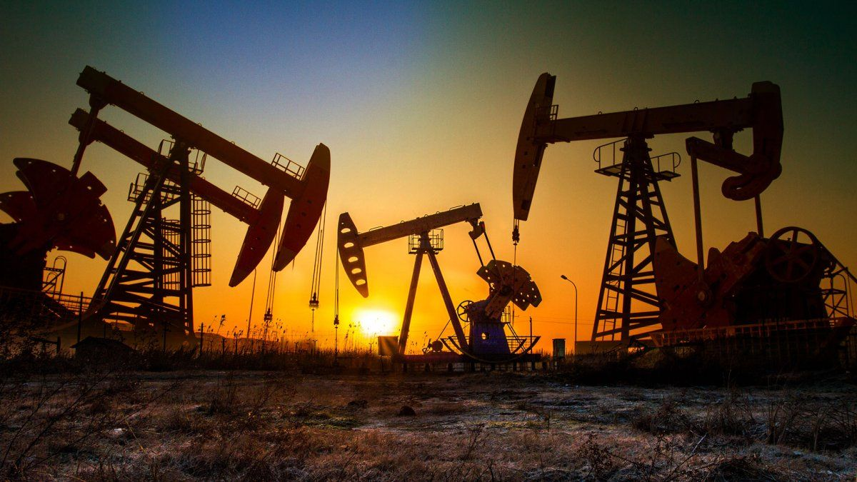 Sube el precio del petróleo apoyado en lenta vuelta de plantas en Estados Unidos e informes de mayor demanda.