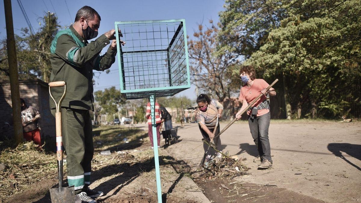 Los cestos se vienen instalando en seis barrios de la capital provincial y serán clave para erradicar microbasurales.