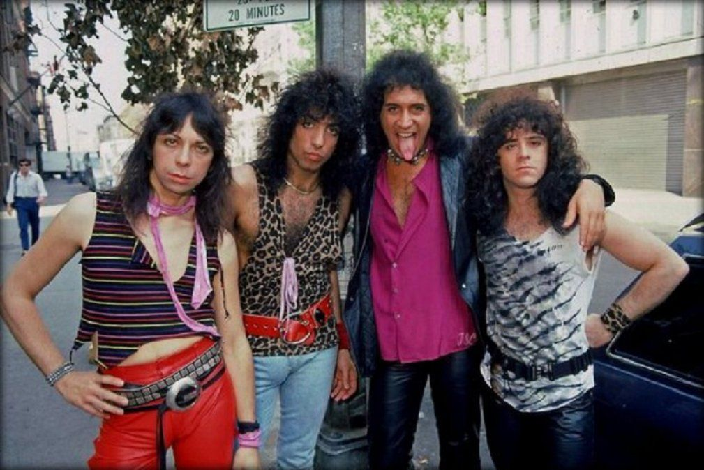 18 de septiembre de 1983 - La primera vez que Kiss se mostró sin maquillaje fue durante la presentacion de su nuevo álbum Lick It Up
