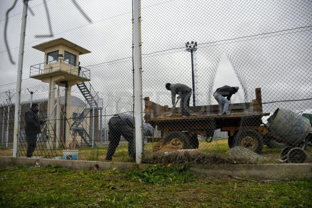 Ocho presos se fugaron del penal luego de que tres civiles atacaron con pistolas y ametralladoras las garitas de la cárcel. Con una amoladora