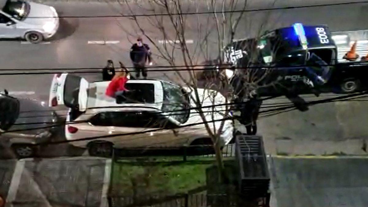 El momento en que el personal policial llegó para detener a la mujer del matafuego.