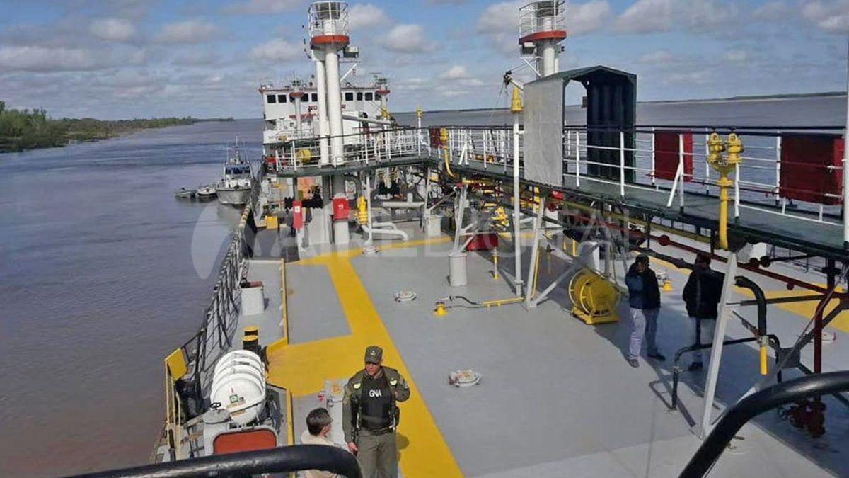 El momento en que Gendarmería abordó el barco procedente de Paraguay.