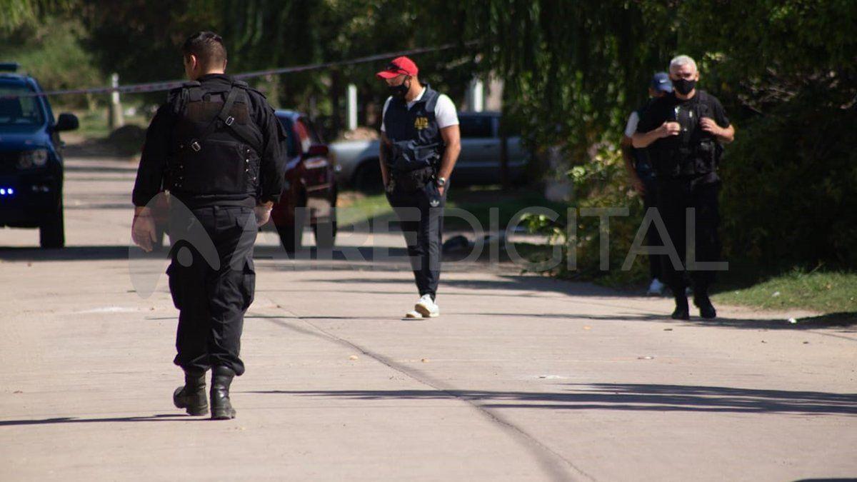 Peritos y policías analizan la presencia de vainas servidas en el lugar.