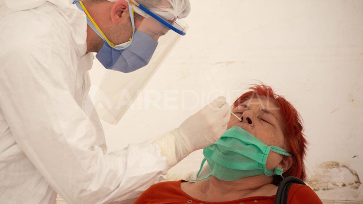 Un médico realiza un hisopado para coronavirus.