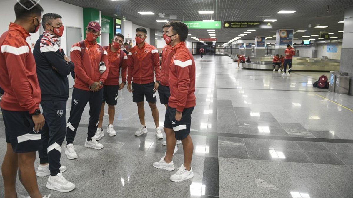 Dos jugadores de Independiente discutieron con la Policía brasileña y fueron apartados del grupo. Los jugadores del Rojo varados todavía no pueden volver a Argentina.