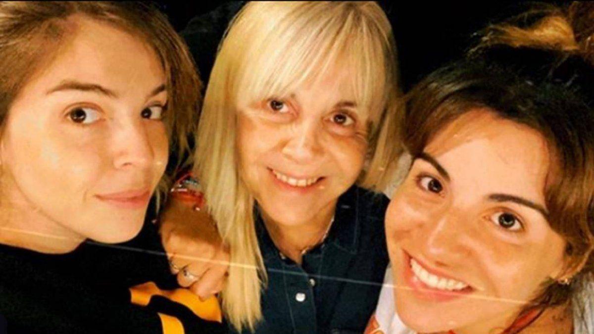 Claudia Villafañe junto a sus dos hijas.