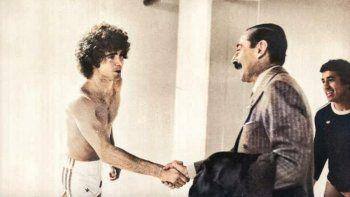 Alberto Tarantini saluda de manera desafiante al General Jorge Rafael Videla, tras la victoria de la selección argentina ante Perú en el Mundial 1978. Américo Gallego observa.