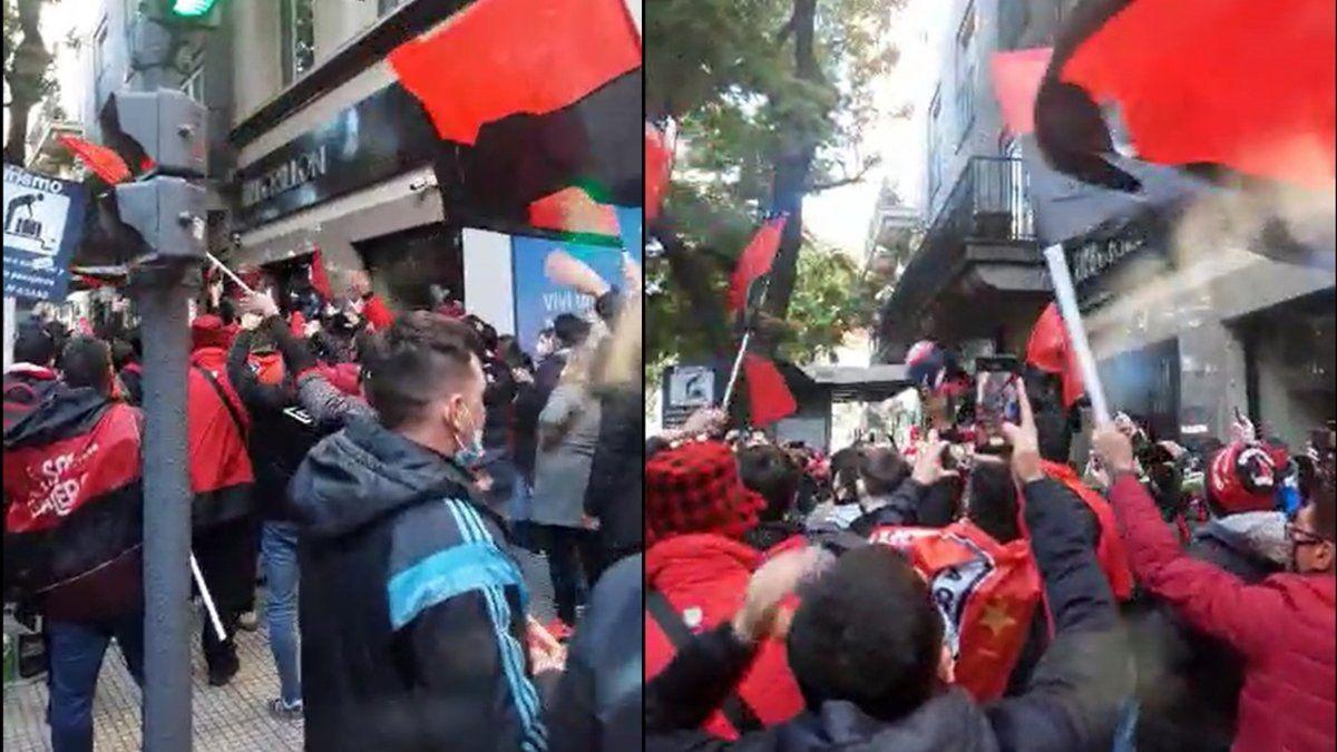 Hinchas de Colón hicieron un banderazo en Buenos Aires en la previa al partido con River