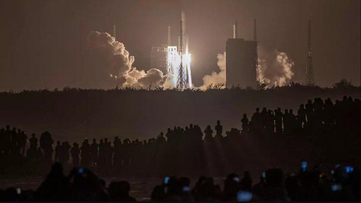 El cohete Larga Marcha 5 con el módulo lunar Change 5 chino despega del centro espacial de Wenchang