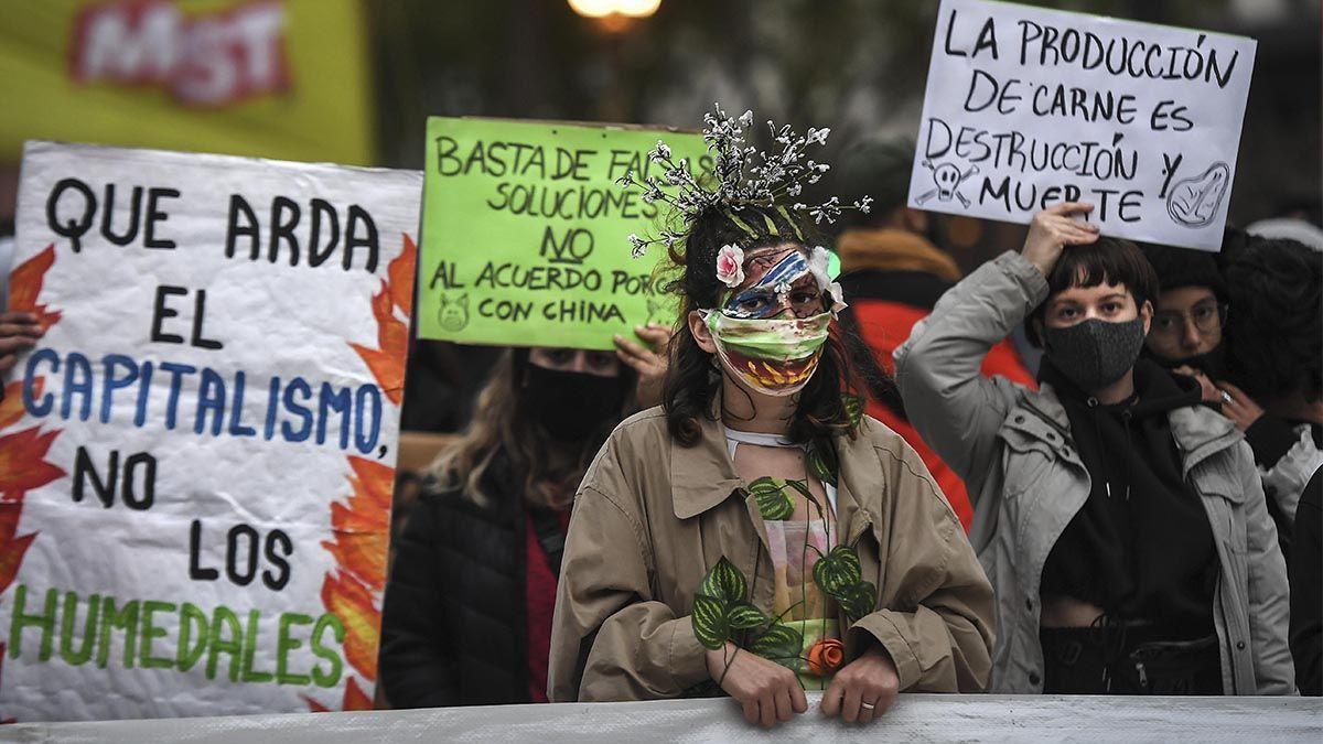 Miles de jóvenes se manifestaron este viernes en Buenos Aires y otras ciudades del mundo como Estocolmo