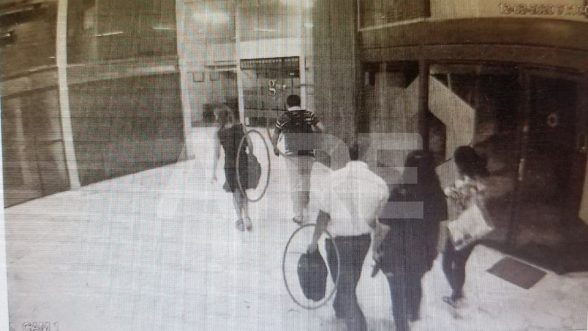 Los familiares de Oldani abandonaron la galería hacia calle Rivadavia. Habían ingresado con las manos vacías y a solas a la oficina de Oldani Turismo donde permanecieron 7 minutos. Al salir, llevaban bolsos, una mochila y una caja.