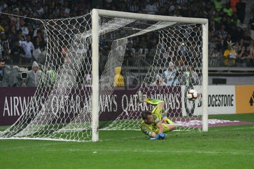 El momento en que Burián ataja el último penal y clasificó a Colón a la final de la Copa Sudamericana 2019.