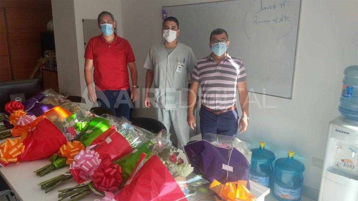 El Consejo de administración del Hospital Iturraspe regala ramos de flores a los enfermeros y enfermeras del nosocomio
