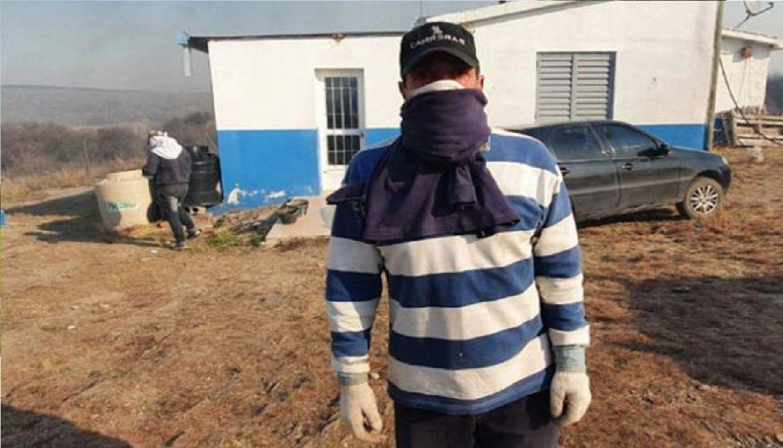 Un maestro rural ayudó a los bomberos para defender su escuela de los incendios de Córdoba