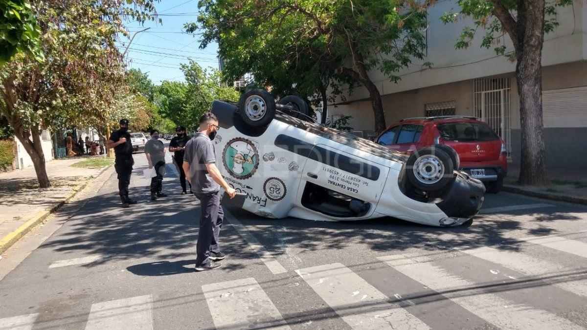 Una camioneta volcó al chocar con un automóvil en el barrio Candioti sur